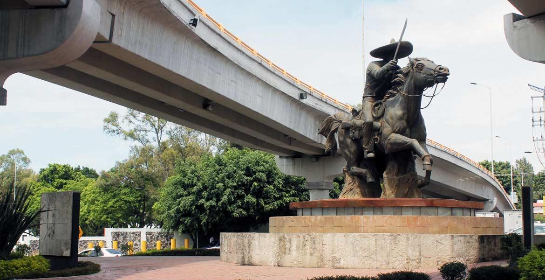 Atrapada. La construcción del Distribuidor Vial Emiliano Zapata le restó vista a la estatua ecuestre.