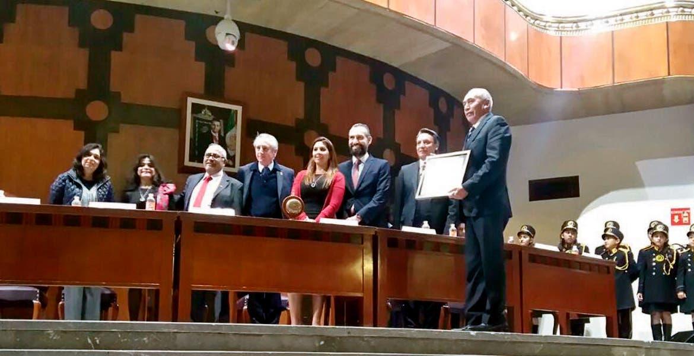 Premio. Fernando Pacheco Godínez, titular del IEBEM, fue el encargado de recibir el reconocimiento.