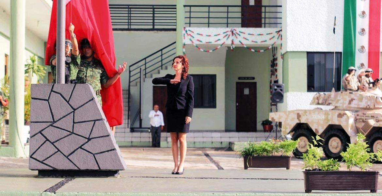 Presente. La secretaria de Turismo, Mónica Reyes Fuchs, encabezó los honores a la bandera, que durante este mes toca a los miembros del gabinete estatal.