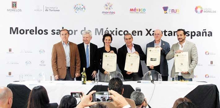 Presentes. La secretaria de Turismo, Mónica Reyes Fuchs, recibió un reconocimiento el año pasado durante la participación de Morelos en la feria Xantar.