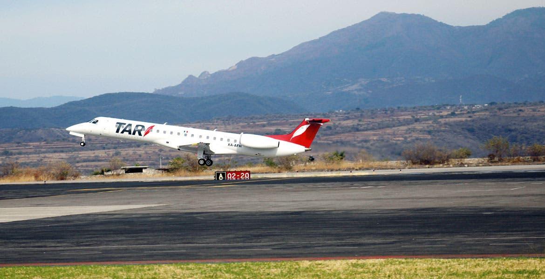 Despegue. Luego de llegar desde Guadalajara, el primer vuelo comercial con destino a Monterrey despegó ayer del aeropuerto Mariano Matamoros a las 8:00 horas; a bordo iba el Gobernador Graco Ramírez y miembros de su gabinete.