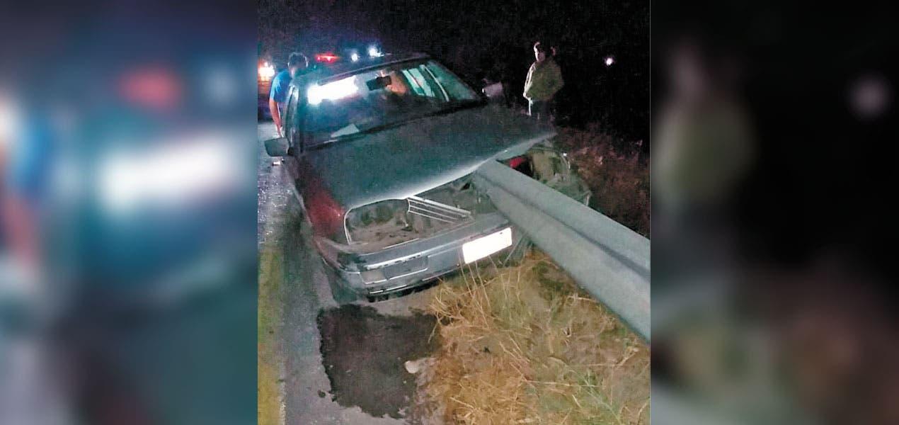 Hombre incrusta auto en valla metálica en Libramiento Oriente
