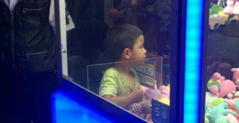 Niño queda atrapado en máquina de peluches en Jalisco