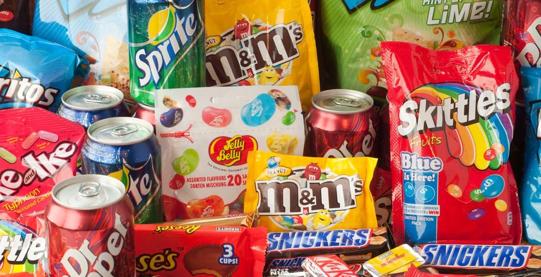 """No más """"chucherías"""" para los niños, impulsarán ley para prohibir comida chatarra a menores"""