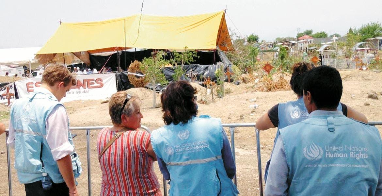 Observan. Visitadores del Alto Comisionado de la Organización de las Naciones Unidas (ONU) para los Derechos Humanos, atestiguaron los trabajos en las fosas de Tetelcingo.