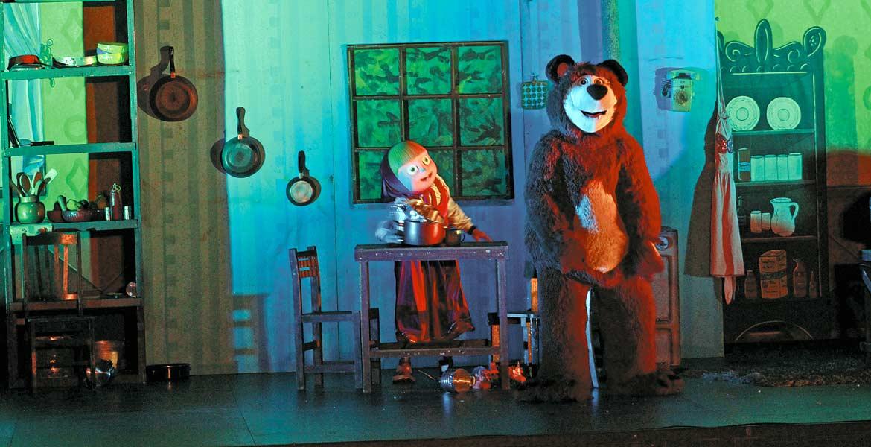 """Chicos y grandes disfrutan en el Teatro Morelos el colorido espectáculo de """"Masha y el Oso"""""""