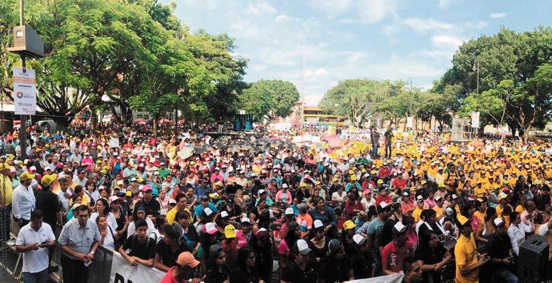 Convocatoria. Miles de militantes abarrotaron la Plaza de Armas para recibir al ex candidato perredista Juan Zepeda