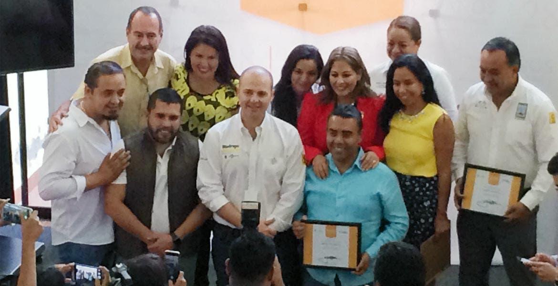 Unidos. El dirigente estatal Rodrigo Gayosso, con los militantes que merecieron el reconocimiento, quienes celebrarán mañana el 28 aniversario.