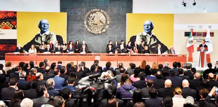 """Reconocimiento. El Presidente Enrique Peña Nieto afirmó que Rodolfo Stavenhagen """"se enamoró de nuestra enorme riqueza multiétnica""""."""