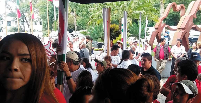 Sin verlo. Muchos militantes y asistentes se quedaron afuera; algunos entraron a la fuerza, pero al final un gran número se quedó sin poder ver a su líder.