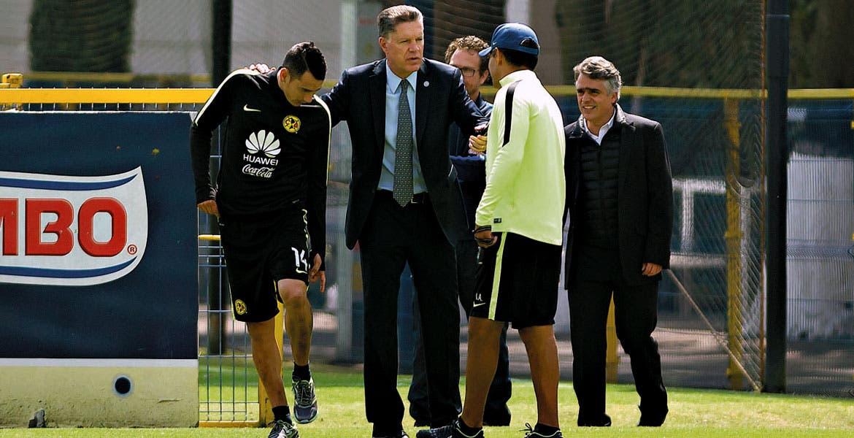 Esperan el clásico. Peláez, en charla con Sambueza, Ambriz y Romano.