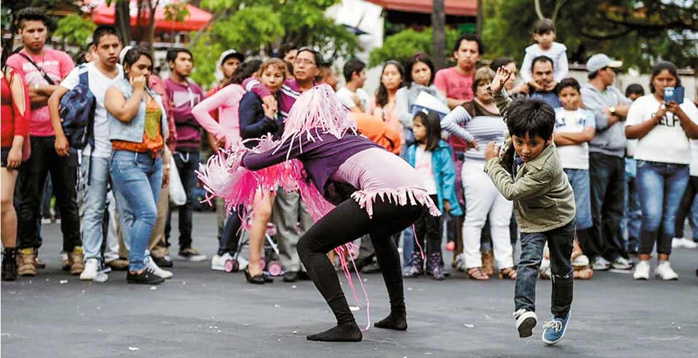 Convivencia. Familias enteras disfrutaron de la música y espactáculos que se presentaron en la Plaza de Armas.