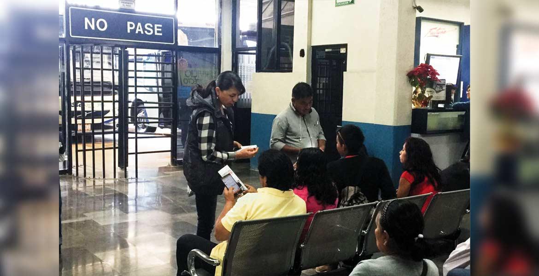 Orientación. La Profeco asesora a los consumidores para que defiendan sus derechos a la hora de adquirir boletos en las terminales de autobuses.