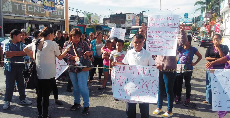 """Protesta. El 22 de agosto, padres de familia de la Primaria """"Gloria Almada de Bejarano"""" bloquearon avenida principal de Temixco por falta de profesores."""