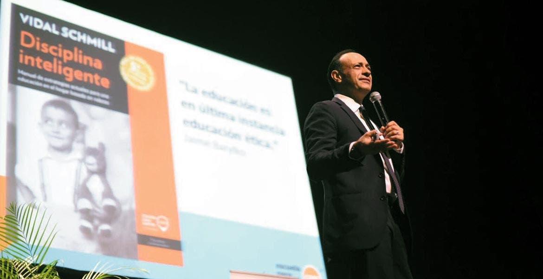 Acciones. Vidal Schmill Herrera recomendó que los padres asuman el rol de padres como una profesión y se actualicen con la ayuda de las instituciones.