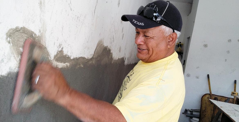 """Aplanando. Ramíro Valdez Vela se prepara para el festejo de hoy, """"día del albañil"""", y mientras aplana una pared recuerda los festejos"""