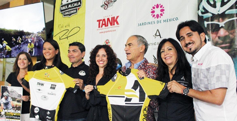 Anuncio. Raúl Alcalá, Mónica Reyes, organizadores y patrocinadores, dan detalles del evento deportivo.