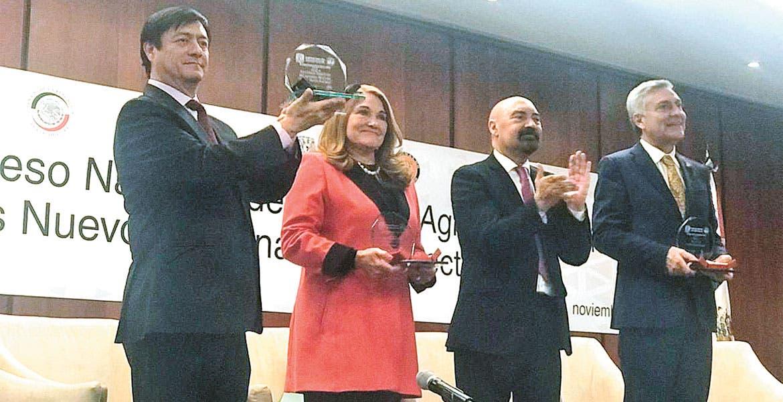 Entregan reconocimiento postmortem al ex gobernador Antonio Riva Palacio López