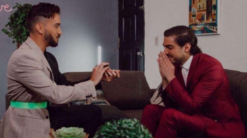 Conductor le pide matrimonio a su novio