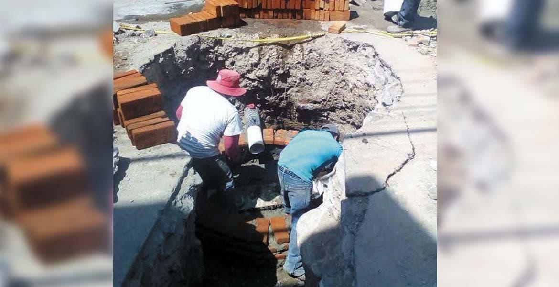 Labores. Personal de SAPAC y Ceagua trabajan en la calle Galeana, de Acapantzingo, para determinar el origen de la pestilencia que denunciaron los vecinos.