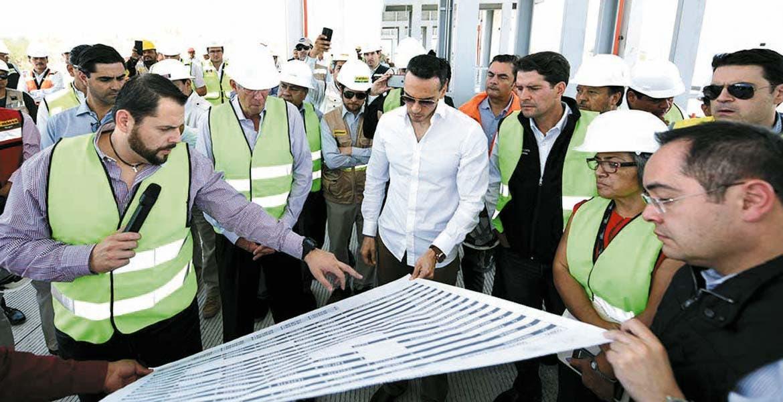 Supervisión. El secretario Gerardo Ruiz recibe explicación de la obra carretera en Morelos