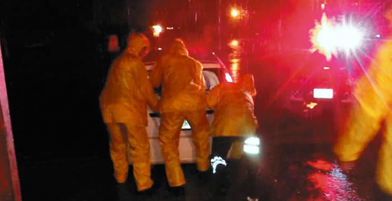 Auxilio. Elementos de Bomberos y Protección Civil prestaron ayuda al conductor