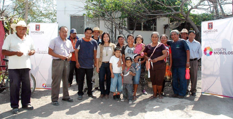 Encuentro. Blanca Almazo Rogel, titular de la dependencia, durante una visita a habitantes de Xoxocotla, ubicado en Puente de Ixtla