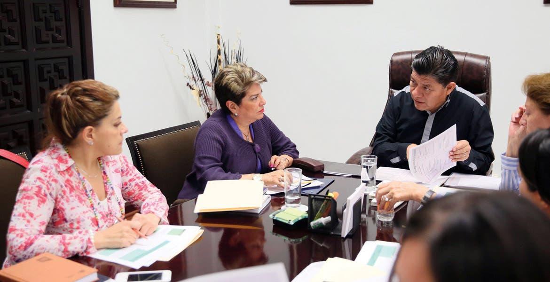 Acciones. Matías Quiroz Medina, secretario de Gobierno, durante un encuentro con las secretarias de Educación, Salud, el Instituto de la Mujer; la Secretaria Técnica de la Comisión Estatal para la Prevención de la Violencia de Género contra las Mujeres; e integrantes del SEPASE.