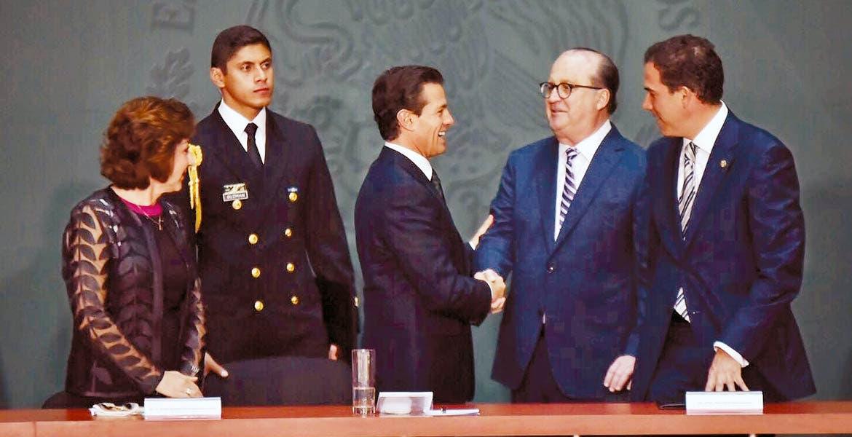 """Participación. El Gobernador Graco Ramírez saluda al presidente Enrique Peña Nieto durante el evento """"Educación sin Fronteras"""", realizado ayer en la Ciudad de México."""