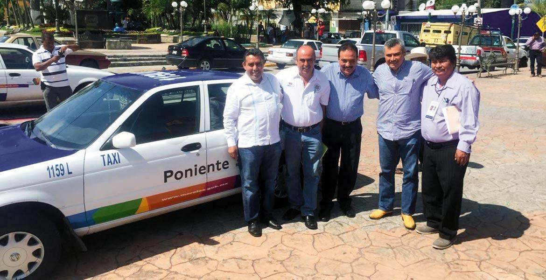 Convenio. El subsecretario de Movilidad, David Martínez Martínez, acompañado por los presidentes municipales de Miacatlán, Coatlán del Río, Mazatepec y Tetecala.