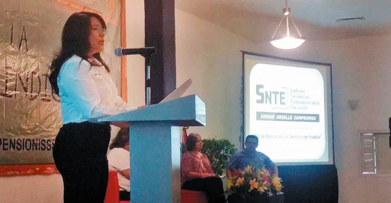 Evento. Gabriela Bañón Estrada, secretaria general de la Sección 19 del SNTE, dio ayer un mensaje ante 1 mil 500 representantes del magisterio.