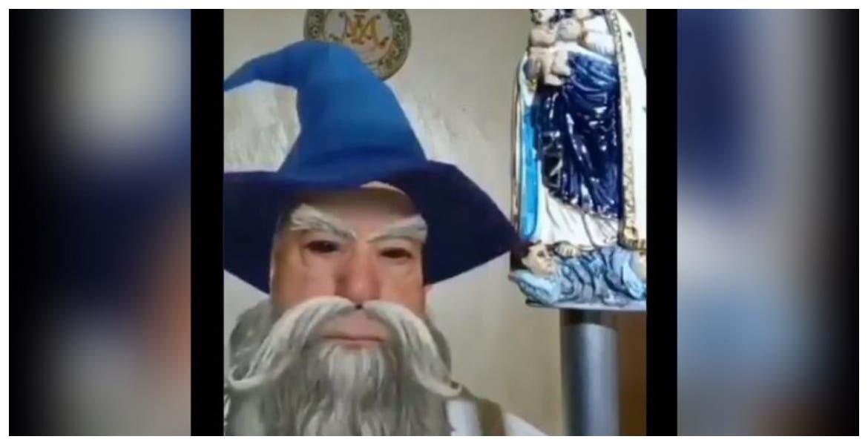 Sacerdote activa filtros por error al dar misa en linea