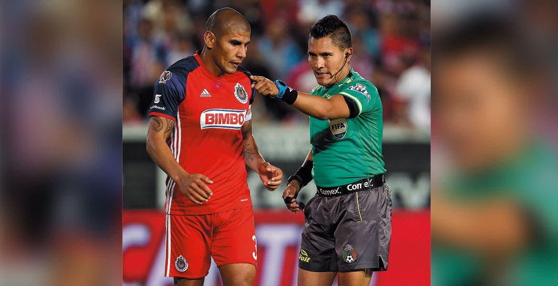 Carlos Salcido. El jugador de Chivas prefiere no hablar de los silbantes.
