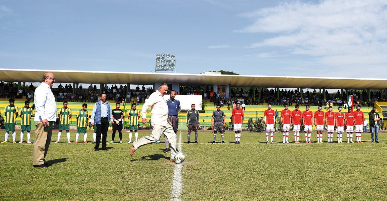 Patada inicial. Salvador Cienfuegos Zepeda, secretario de la Defensa Nacional, yel Gobernador Graco Ramírez durante la inauguración del encuentro de futbol.