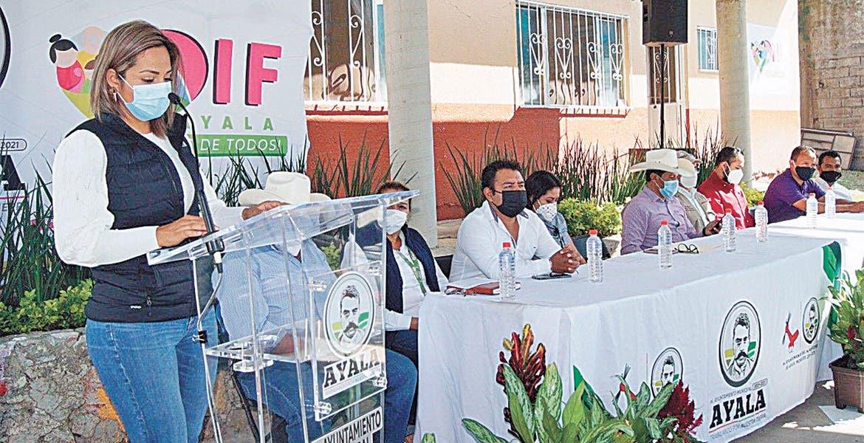 Entregan. Sandra Bahena López inauguró la techumbre del patio de un CAIC en Ayala.
