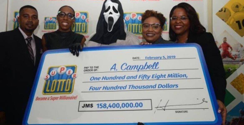 Ganador de lotería recibió su premio con una mascara