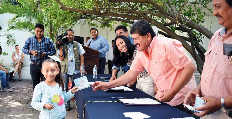 Apoyo. Alcaldes de ocho municipios han firmado convenio con titular de Sedeso para atender a migrantes. Ayer entregaron pasaportes a niños en Tlaltizapán.