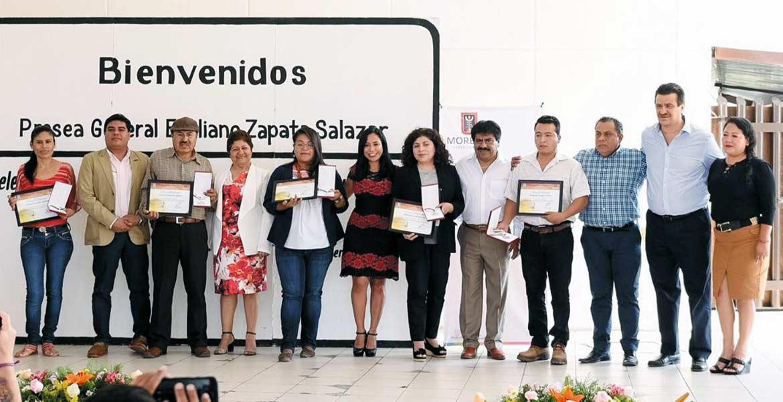 Reconocimiento. Blanca Almazo Rogel, secretaria de Desarrollo Social, acompañada por los cinco migrantes galardonados por sus contribuciones en la promoción de los valores y la cultura de México en Estados Unidos.