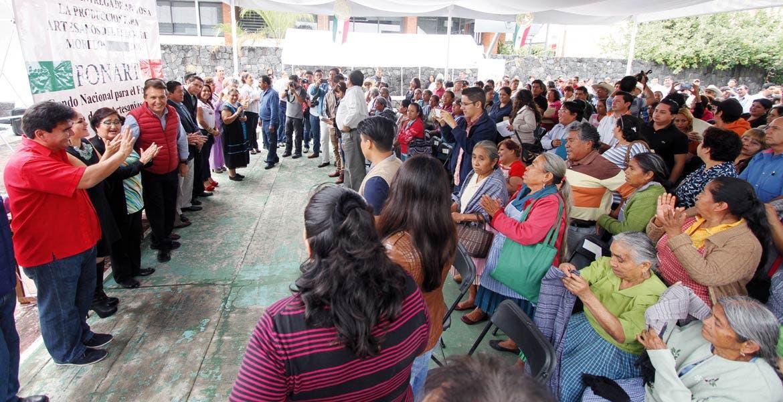 Acto. El alcalde Manuel Agüero, estuvo en la entrega de recursos con el delegado de Sedesol, Jorge Meade, y Jorge Meade Ocaranza, Julian Martínez, de Fonart.