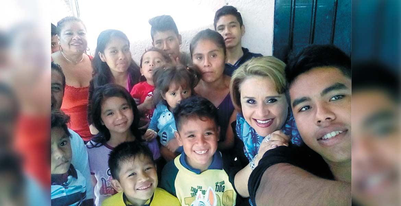 Del recuerdo. Diana Reyes Román se tomó la foto del recuerdo con algunos de los niños beneficiados con el seguro de vida.