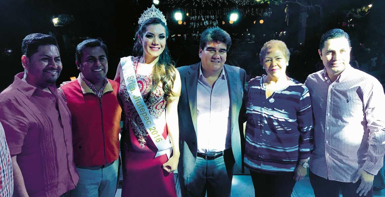 Éxito. Susana Álvarez, Señorita Jiutepec 2016, acompañada de autoridades municipales y diputados la noche de la gala.