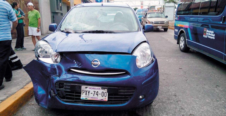 Un auto Nissan-March, color azul, placas PXY-7400 de Morelos, terminó con el cofre destrozado al chocar de frente contra un taxi Nissan-Tsuru, matrícula 1150-LVT