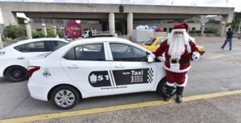 Taxista se viste de Santa Claus y reparte juguetes