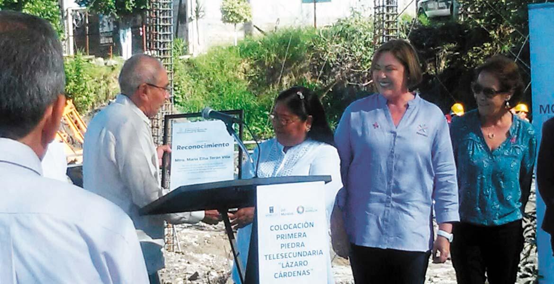 Banderazo. La presidenta del DIF Morelos, Elena Cepeda, acompañada de autoridades educativas y vecinos, dio por iniciados los trabajos de construcción de la Telesecundaria Lázaro Cárdenas.