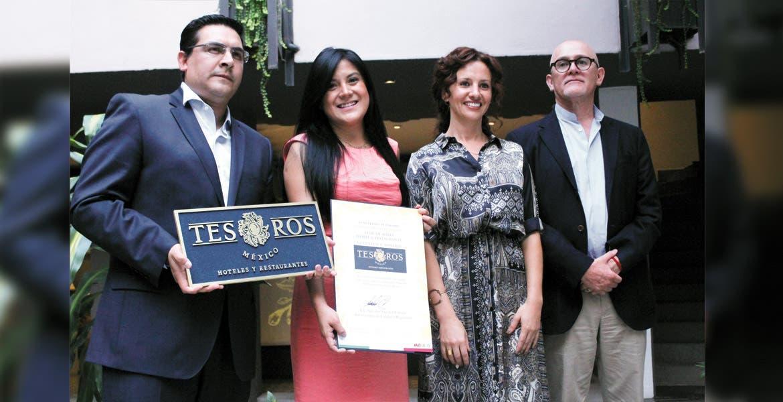 Servicio. Representante de Sectur, Óscar Díaz; María Caporal, representante del hotel distinguido, la secretaria de Turismo, Mónica Reyes Fuchs, y Arturo Contreras, de Tesoros de México Capítulo Morelos.