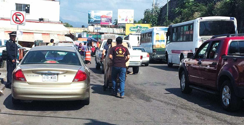 Control. Agentes de la Policía Vial comenzaron a remover a los automovilistas que tomaban el circuito ALM como estacionamiento, con la finalidad de agilizar la circulación.