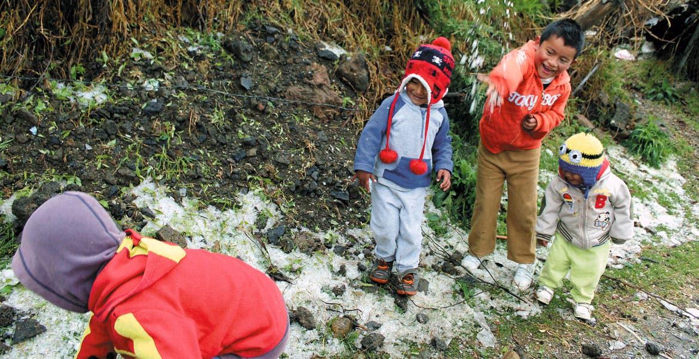 Encuentran el lado divertido. Los más pequeños no perdieron la oportunidad de jugar con el granizo.
