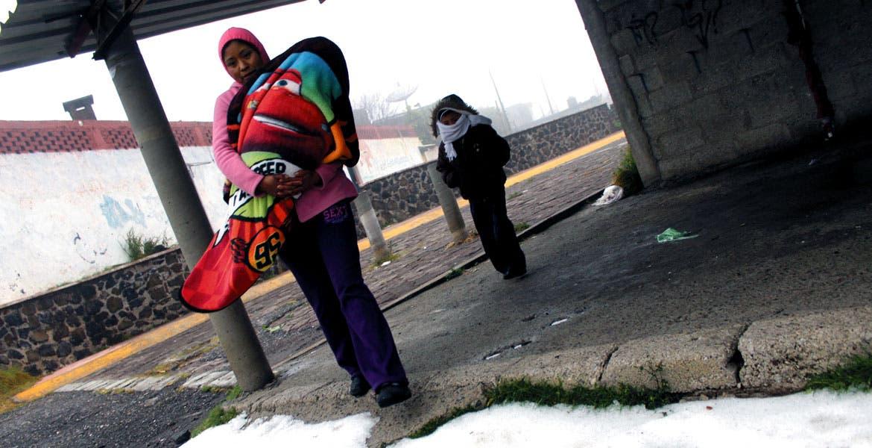 Cala hasta los huesos. Aunque habituados el intenso frío, los pobladores de Tres Marías buscan la manera de protegerse del mal clima y no parar sus actividades.