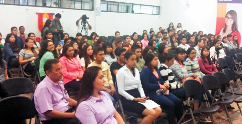 Jornada. Estudiantes de Upemor escucharon las conferencias del foro sobre cambio climático.