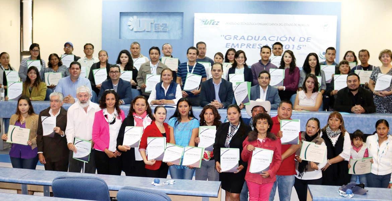 Reconocimiento. El rector Alejandro Caballero entregó diplomas a los participantes.